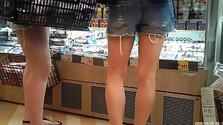Upshorts candid legs