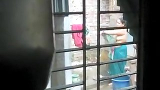 Desi Aunty Topless Outdoor Bathing And Chenging Caught By Hidden Cam