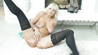 European gilf Roxana tastes her own pussy