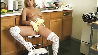 Naked housewife hottie masturbates in rubber gloves